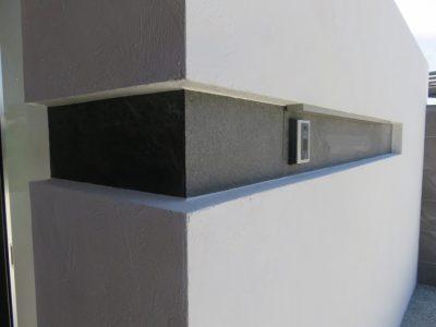 凹凸のあるタイルラインの、表札とインターホンです。
