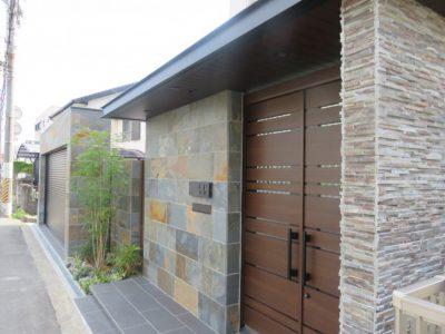 壁を、自然石の組み合わせで施工しています。