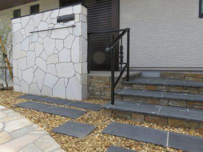 石板の階段。 天然素材ならではの色調と素材感が空間に溶け込みます。