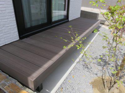 100%リサイクル材の樹脂と木粉を使用した人工木デッキ。