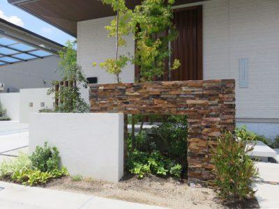 樹木・植栽を見せつつ、外構の統一感を出したデザイン塀。