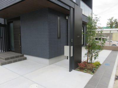 道路境界線に配したタイル貼りは、境界線をはっきりする機能面と庭のデザインをラインで締める役割。