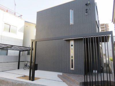 お家に合わせたブラックデザインのフレームで高さをもたせ~広がりを演出しています。